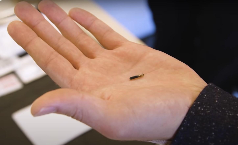 Μικροτσίπ στο χέρι που σκοτώνει